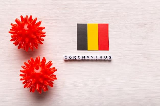 Modelo de cepa de vírus abstrato de coronavírus da síndrome respiratória do oriente médio 2019-ncov ou coronavírus covid-19 com texto e bandeira bélgica em branco