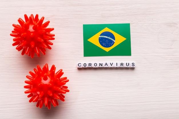 Modelo de cepa de vírus abstrato de coronavírus da síndrome respiratória do oriente médio 2019-ncov ou coronavírus covid-19 com texto e bandeira brasil em branco