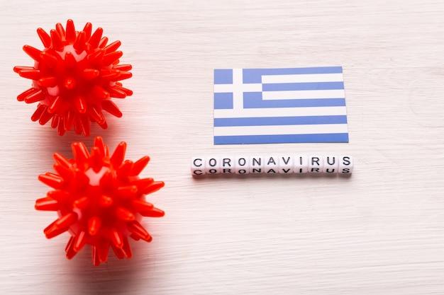 Modelo de cepa de vírus abstrato de coronavírus da síndrome respiratória do oriente médio 2019-ncov ou coronavírus covid-19 com texto e bandeira grécia em branco
