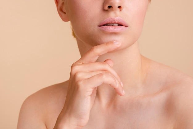 Modelo de close-up posando com a boca aberta