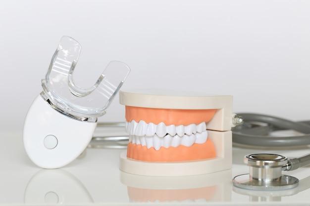 Modelo de dente com luz led para clarear os dentes