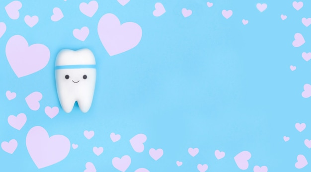 Modelo de dente com moldura de corações brancos