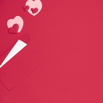 Modelo de dia dos namorados. envelope vermelho com letra e corações em fundo vermelho