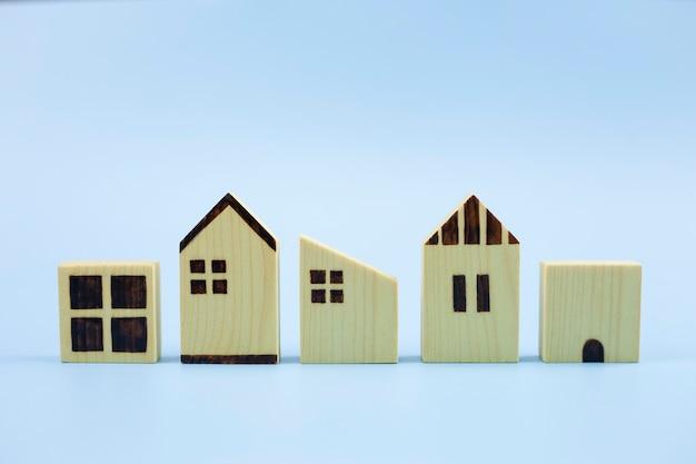 Modelo de diferença de três casas em fundo azul pastel