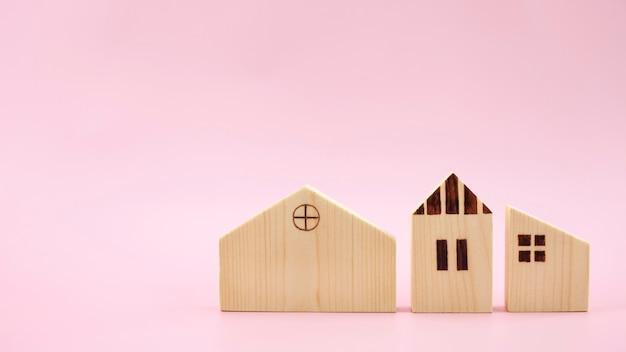 Modelo de diferença de três casas em fundo rosa pastel