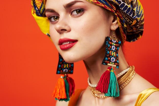 Modelo de estúdio de decoração de estilo africano de etnia xale multicolorido de mulher bonita