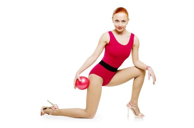 Modelo de fitness com bola