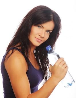 Modelo de fitness feminino segurando uma garrafa de água