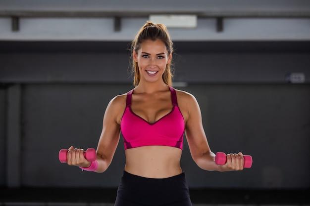 Modelo de fitness malhando