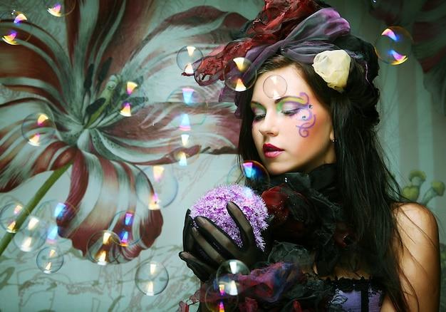 Modelo de forma com bolhas de sabão de sopro da composição creativa.