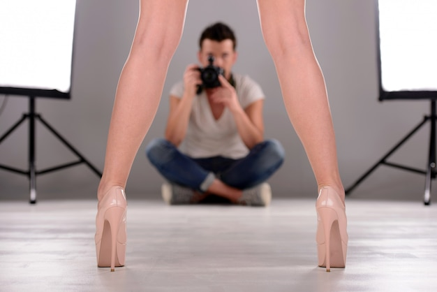 Modelo de fotografia seguro do homem novo no estúdio.
