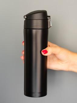 Modelo de garrafa térmica de close-up em fundo cinza