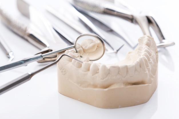Modelo de gesso de mandíbulas e ferramentas dentárias