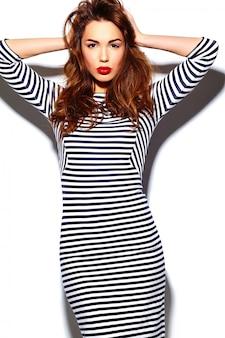 Modelo de glamour elegante feliz sorridente mulher jovem e bonita com lábios vermelhos no vestido de zebra