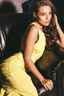 Modelo de glamour elegante mulher jovem e bonita com lábios vermelhos no vestido amarelo brilhante de verão