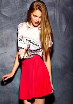 Modelo de glamour elegante mulher jovem e bonita em roupas casuais hipster. menina bonita posando no estúdio