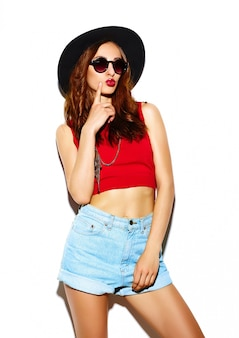 Modelo de glamour sexy sorridente sexy elegante mulher jovem e bonita em pano hipster brilhante de verão no chapéu