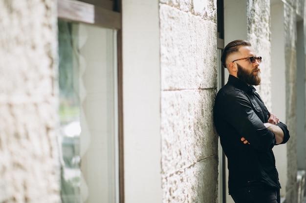 Modelo de homem barbudo na rua