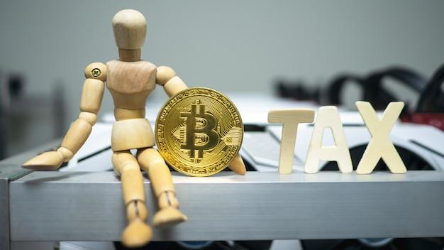 Modelo de homem de madeira segurar moeda de bitcoin perto