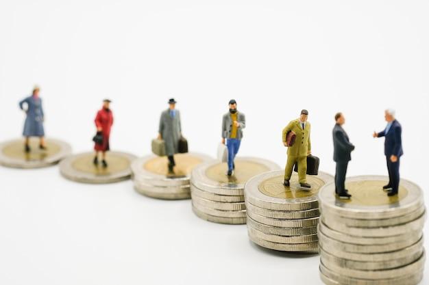 Modelo de homem de negócios em miniatura