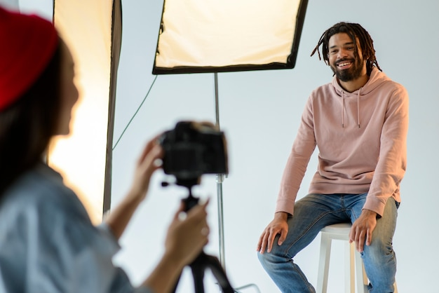 Modelo de homem sorridente, sentado na cadeira