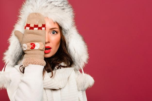 Modelo de inverno bonito, cobrindo um olho