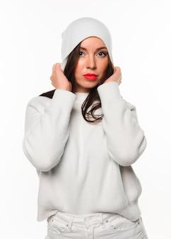 Modelo de inverno bonito em roupas brancas
