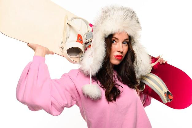 Modelo de inverno bonito segurando snowboard