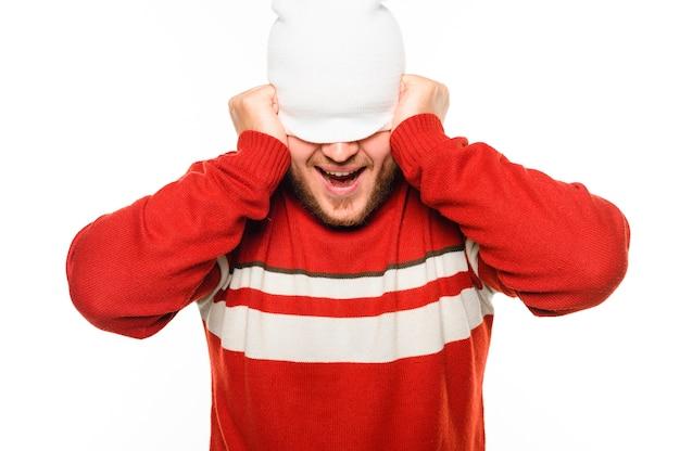 Modelo de inverno, cobrindo o rosto com chapéu