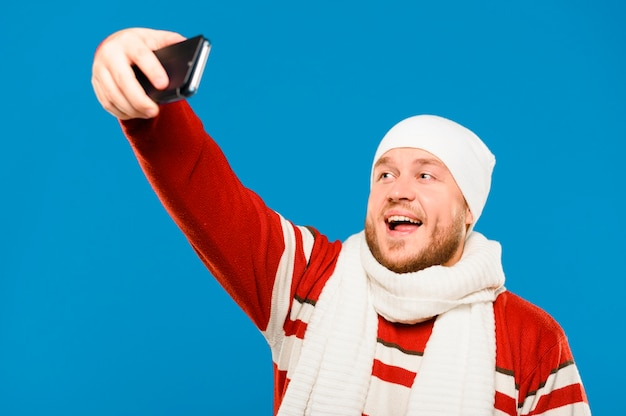 Modelo de inverno tomando uma selfie