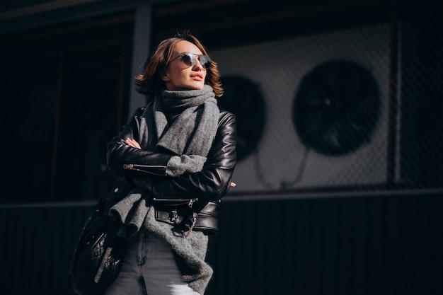 Modelo de jovem de casaco de couro do lado de fora da rua