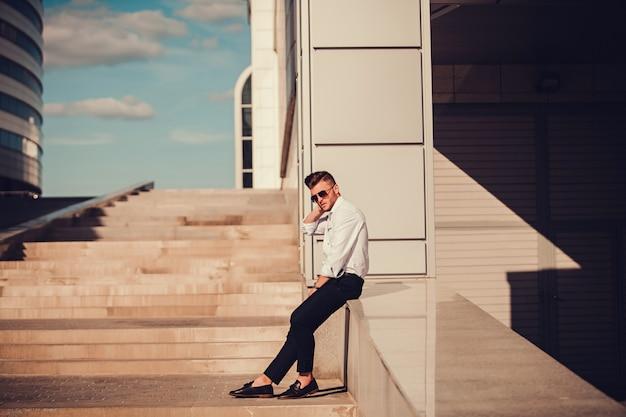 Modelo de jovem empresário confiante