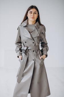 Modelo de jovem vestindo casaco longo cinza
