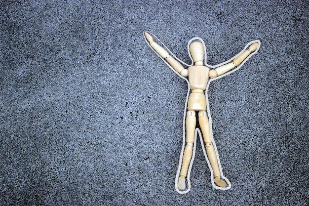 Modelo de madeira e chock no chão de cimento no conceito de crime