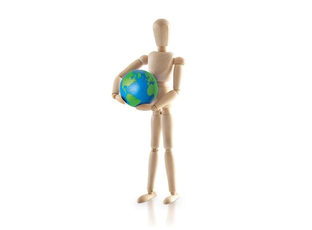 Modelo de madeira em pé carrega o mundo