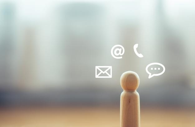 Modelo de madeira isolado sozinho com ícone de mídia social