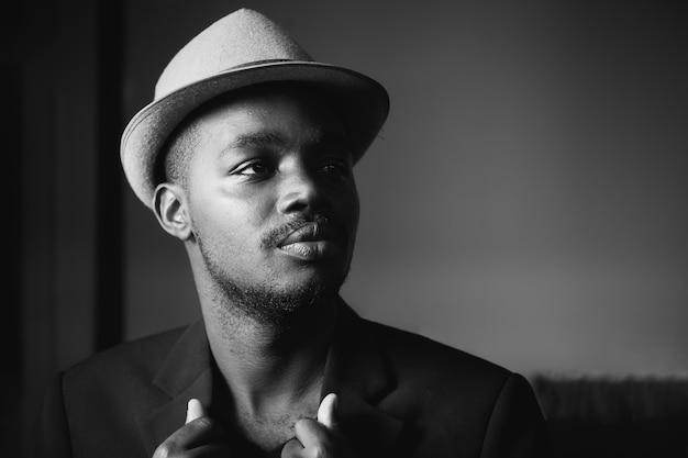 Modelo de máfia de homem de negócios africano vintage em terno preto. estilo p&b