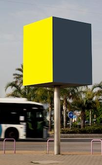 Modelo de maquete ao ar livre de dois outdoors vazios da cidade de cartazes informativos em amarelo e cinza