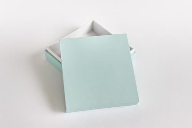 Modelo de maquete com caixa aberta com superfície em branco na superfície branca.