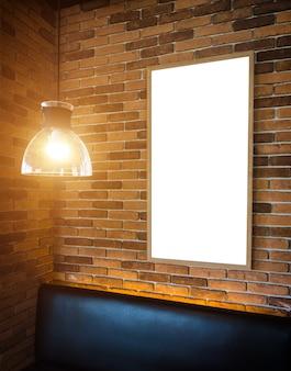 Modelo de maquete de moldura de foto em branco na parede do bloco.