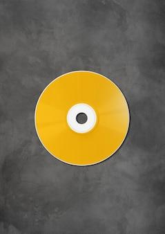 Modelo de maquete de rótulo de cd dvd amarelo em concreto