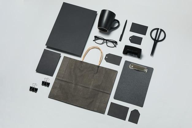 Modelo de marca de negócios de maquete sobre fundo cinza claro, espaço para texto