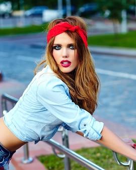 Modelo de menina loira mulher de alta moda look.glamor estilo de vida em pano casual ao ar livre na rua em bandana vermelha