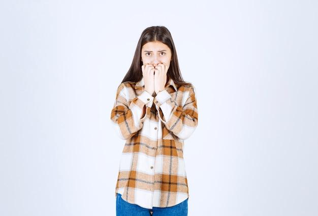 Modelo de menina preocupada mordendo os dedos