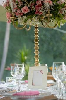 Modelo de menu na mesa para evento social em um jardim