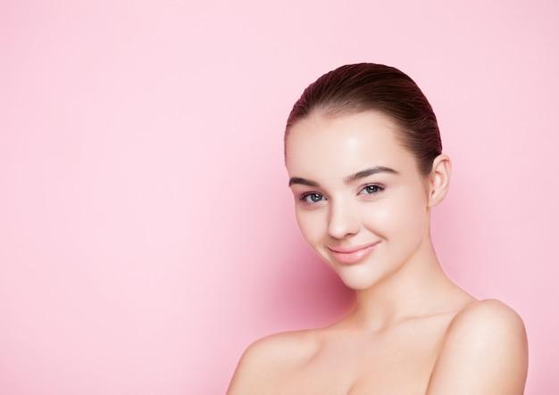 Modelo de moda beleza com sorriso fofo
