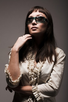 Modelo de moda com óculos escuros de grife