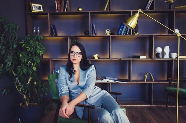 Modelo de moda com óculos