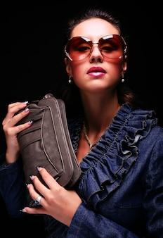 Modelo de moda com um saco