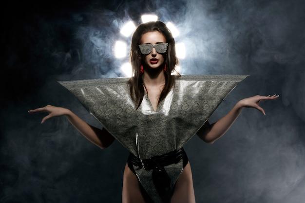 Modelo de moda em imagem de cobra elegante